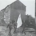 Amerikanische Soldaten übergeben die Aufforderung zur Kapitulation (gestellte Aufnahme).